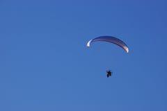 Parapentiste sur le ciel bleu Photos libres de droits