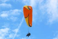 Parapentiste tandem orange dans un ciel bleu images libres de droits