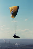 Parapentiste volant au-dessus de la centrale au coucher du soleil Image libre de droits