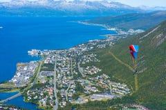 Parapentiste volant au-dessus de Tromso, Norvège image libre de droits