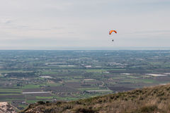 Parapentiste volant au-dessus des montagnes en Italie Photo libre de droits
