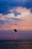 Parapentistes au coucher du soleil à langkawi Photographie stock libre de droits