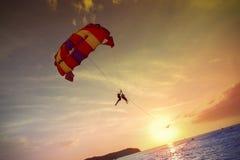 Parapentistes au coucher du soleil, aventure d'été en Malaisie Image libre de droits