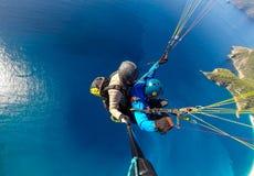 Parapentistes au-dessus de la mer bleue Photos stock