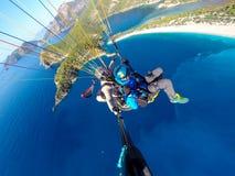 Parapentistes au-dessus de la mer bleue Image libre de droits