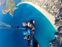 Parapentistes au-dessus de la mer bleue Images stock