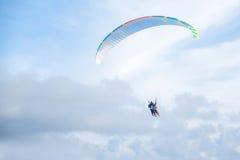Parapentistes dans le ciel bleu lumineux, le tandem de l'instructeur et le débutant Photo libre de droits