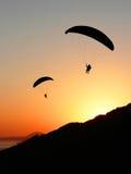 Parapentistes dans le paysage côtier de coucher du soleil Images libres de droits