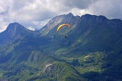 Parapentistes dans les Alpes Images stock