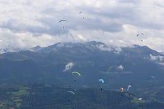 Parapentistes dans les Alpes Photographie stock libre de droits