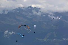 Parapentistes dans les Alpes Photo libre de droits