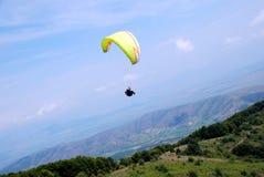 Parapentistes dans Prilep, Macédoine Photos libres de droits