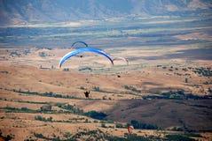 Parapentistes dans Prilep, Macédoine Photo libre de droits