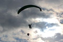 Parapentistes en silhouette Photo stock