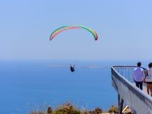 Parapentistes tandem volants dans le ciel au-dessus de la mer et près des montagnes, belle vue 05 de mer Photos stock