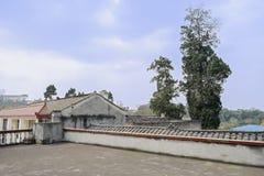 Parapeted tak av det åldriga kinesiska lantbrukarhemmet i solig vår fotografering för bildbyråer
