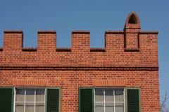 Parapetto sulla casa con mattoni a vista Fotografie Stock Libere da Diritti