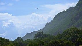 Paraplan πέρα από το πράσινο βουνό απόθεμα βίντεο