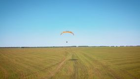 Paraplane, параплан в съемке антенны воздуха весьма жизнь Человек летает на параплан акции видеоматериалы