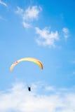 Paraplane i himlen Arkivbilder