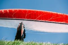 Paraplaner prepear volar Fotos de archivo