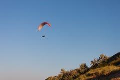 Paraplanerist横跨天空飞行 免版税库存照片