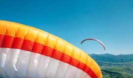 Paraplanes en cierre del cielo encima de la imagen Imagenes de archivo