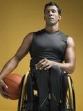Paraplegiczna atleta Z koszykówką W wózku inwalidzkim obrazy royalty free