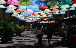 Paraplu behandelde steeg in Le Caudan Waterfront in Haven Louis, Mauritius stock foto's