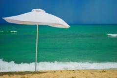 Paraplu bij het strand royalty-vrije stock foto