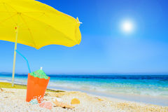 Paraplu en cocktail onder een glanzende zon stock afbeelding