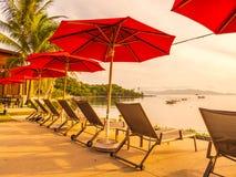 Paraplu en stoel rond openlucht zwembad in hotel en onderzoek Stock Afbeelding
