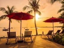 Paraplu en stoel rond openlucht zwembad in hotel en onderzoek Royalty-vrije Stock Foto's