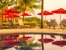 Paraplu en stoel rond openlucht zwembad in hotel en onderzoek Stock Fotografie