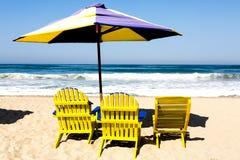 Paraplu en stoelen Stock Afbeelding