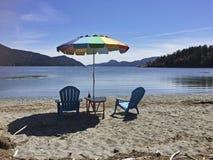 Paraplu en stoelen op strand Stock Fotografie