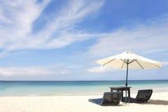 Paraplu en stoelen op strand Royalty-vrije Stock Foto