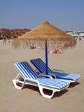 Paraplu en twee stoelen Stock Afbeelding