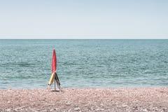 Paraplu en twee stoelen die de vlek op het strand in MÃ ¡ laga AndalucÃa Spanje boeken royalty-vrije stock afbeelding