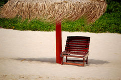 Paraplu en zetel op het strand Royalty-vrije Stock Foto