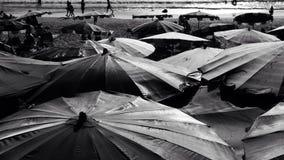 Paraplu in Nai Harn Beach Phuket Thailand Royalty-vrije Stock Foto