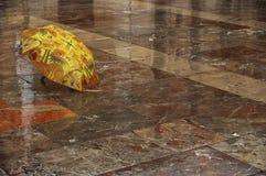 Paraplu op de natte vloer royalty-vrije stock afbeeldingen