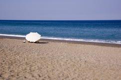 Paraplu op een strand stock afbeelding