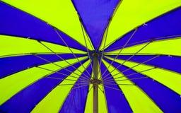 Paraplu op het strand Royalty-vrije Stock Foto's