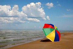 Paraplu op kust Royalty-vrije Stock Afbeelding