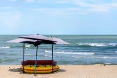 Paraplu's bij mooi strand Stock Afbeeldingen