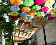 Paraplu's in de lucht onderaan een straat in Frankrijk Royalty-vrije Stock Afbeeldingen
