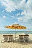 Paraplu's en banken Royalty-vrije Stock Foto's