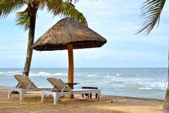 Paraplu's en bedstoelen op het strand Royalty-vrije Stock Foto's