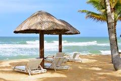 Paraplu's en bedstoelen op het strand Royalty-vrije Stock Afbeeldingen